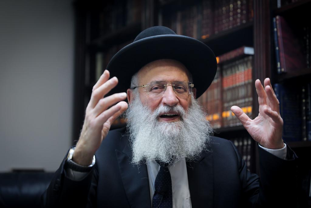 הגאון רבי ראובן אלבז בשיחה ל'כיכר השבת' (צילום: חיים גולדברג)