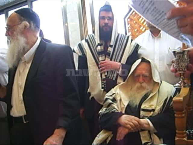 מרן שר התורה בסנדקאות בברית לבנו של תלמידו ומקורבו הגדול הרב אורי טיגר