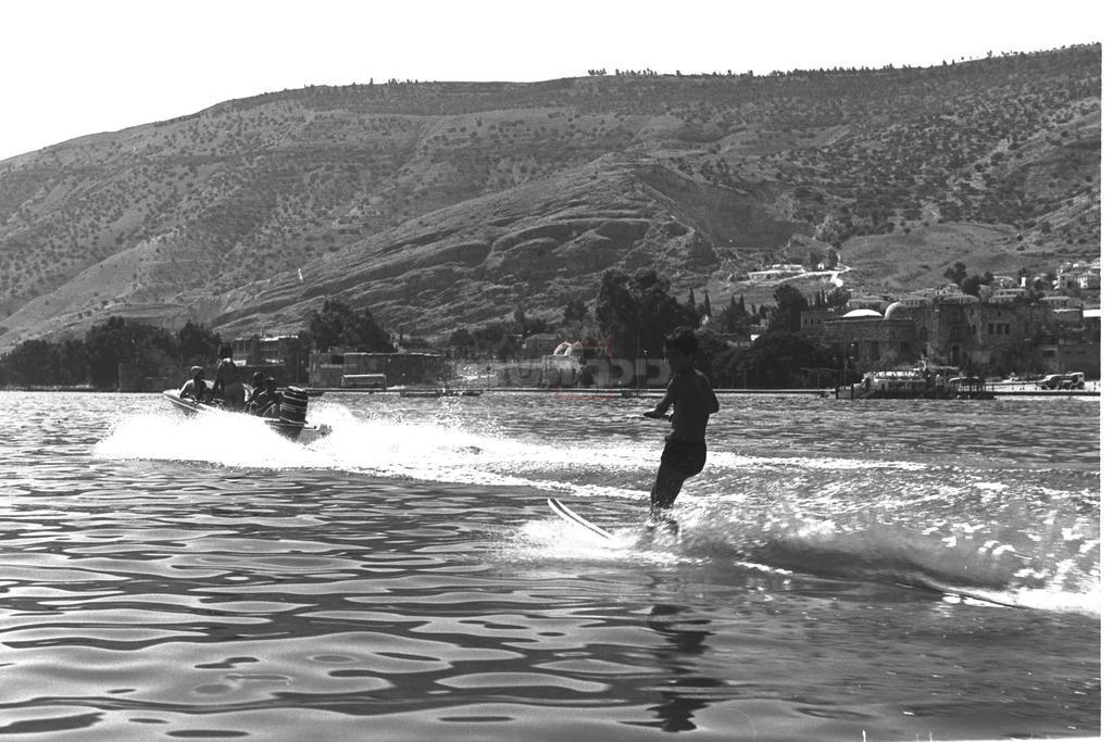 סקי מים בכנרת, 1969 (צילום: MILNER MOSHE, לע''מ)