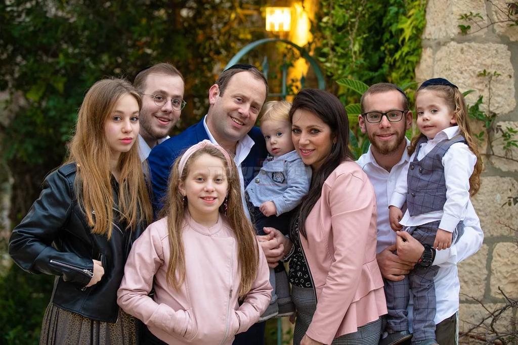 האב חיים ז''ל עם משפחתו. משמאל, הנערה נעמה, שנפצעה (צילום: יחזקאל איטקין)
