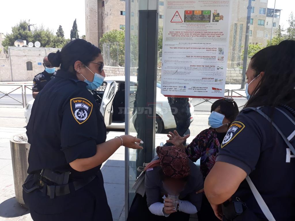 השוטרות מול האישה המתמוטטת