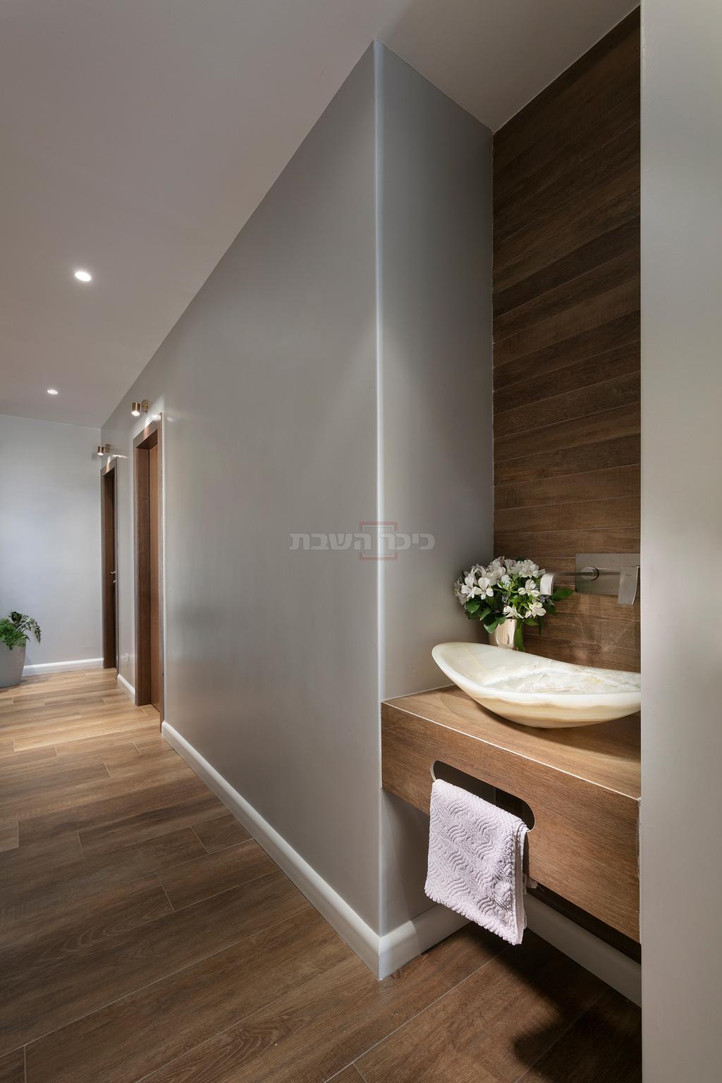 כיור נטילת ידיים כפריט עיצובי השובר את קו העין במסדרון (צילום: אלעד גונן)