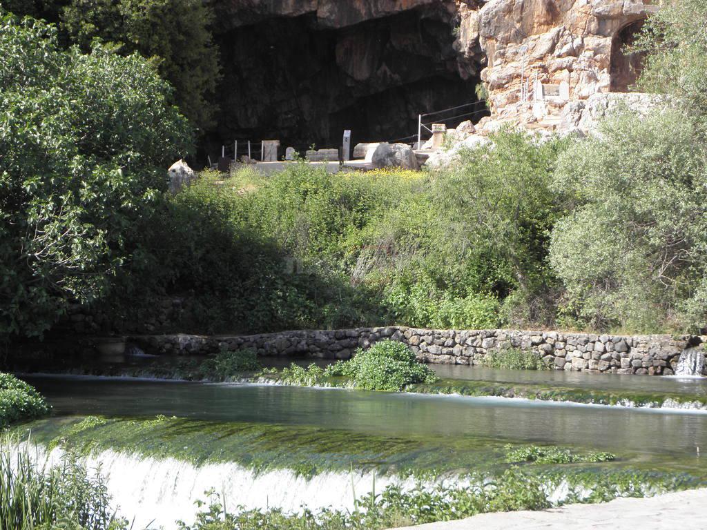 מערת פמיאס, מוצא המים (צילום: יחיאל ברונר)
