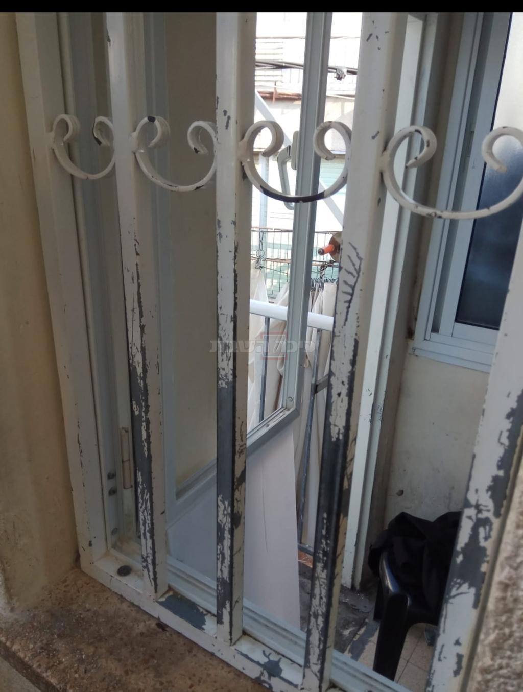 חלון הכניסה לבית שנפרץ