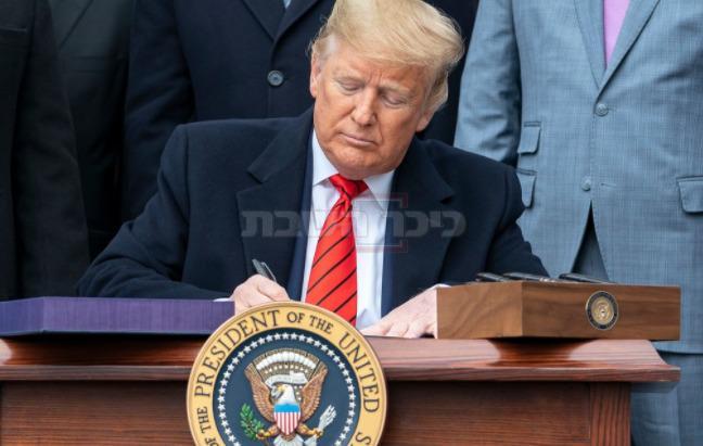 טראמפ חותם (צילום: הבית הלבן)