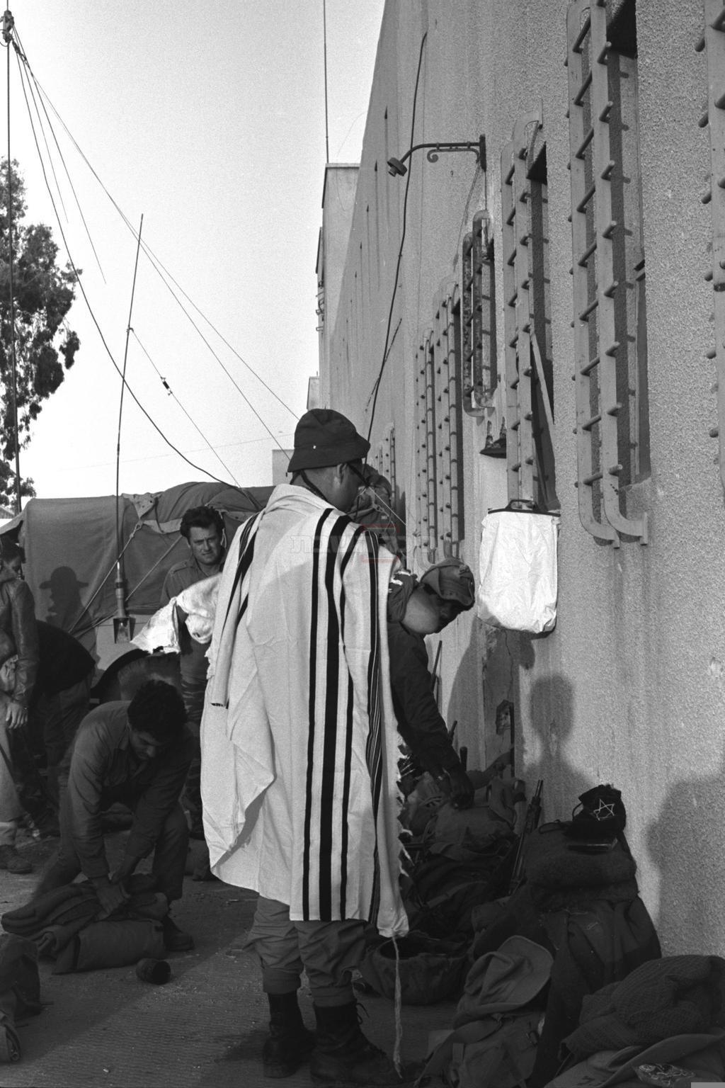 חייל ישראלי מתפלל בעזה (צילום: MILNER MOSHE, לע''מ)