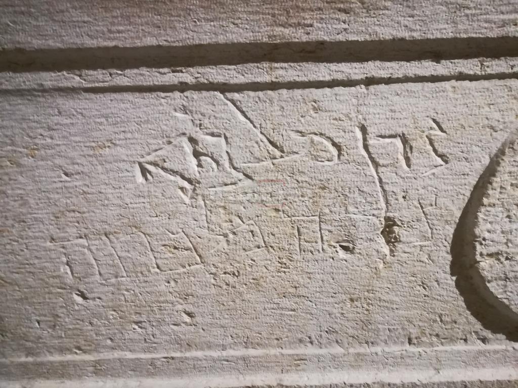 בקבר הנמצא במוזיאון הלובר בפריז: כתוב ''צדן מלכתא'' בעיברית צדן היא חדייב
