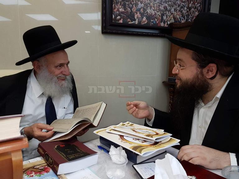 הרב פוקס מעניק את ספריו לגדולי ישראל (באדיבות המצלם)