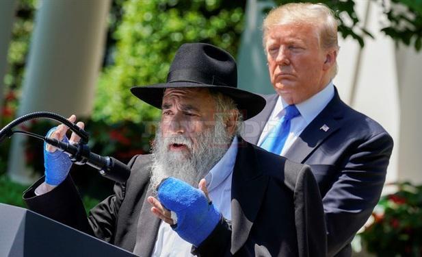 טראמפ והרב גולדשטיין בבית הלבן (צילום: הבית הלבן)