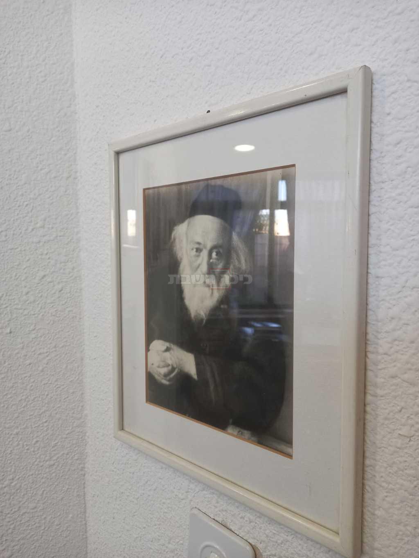 בחדרו של הרב משה ליכטנשטיין, נכד הגרי''ד סולובייציק שהוא נכדו של הגר''ח מבריסק (צילום: מנחם צציק)