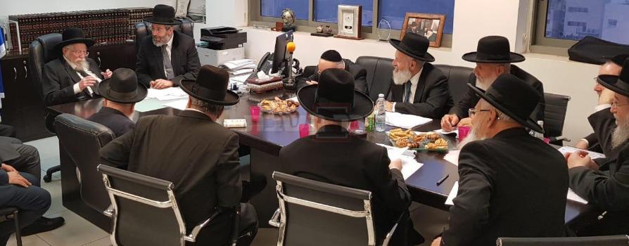 הגרז''נ בישיבת דיינים בלשכת הרב הראשי הגר''ד לאו (צילום: דוברות הרבנות)