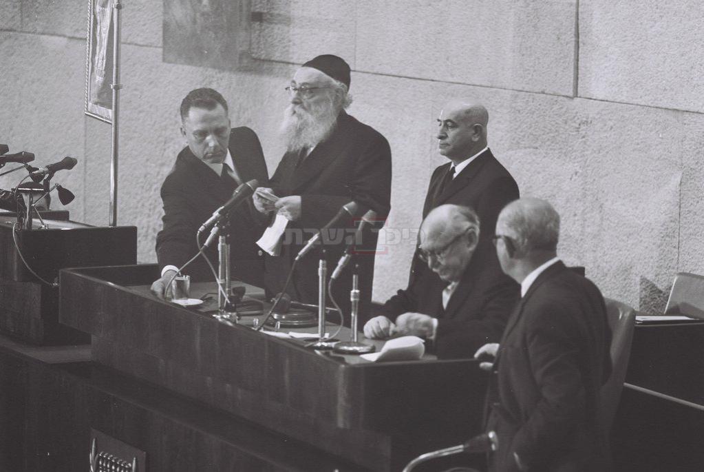 הרב יצחק מאיר לוין נושא דברים בטקס פתיחת מושב הכנסת השביעית, בירושלים (צילום: MILNER MOSHE / לע''מ)