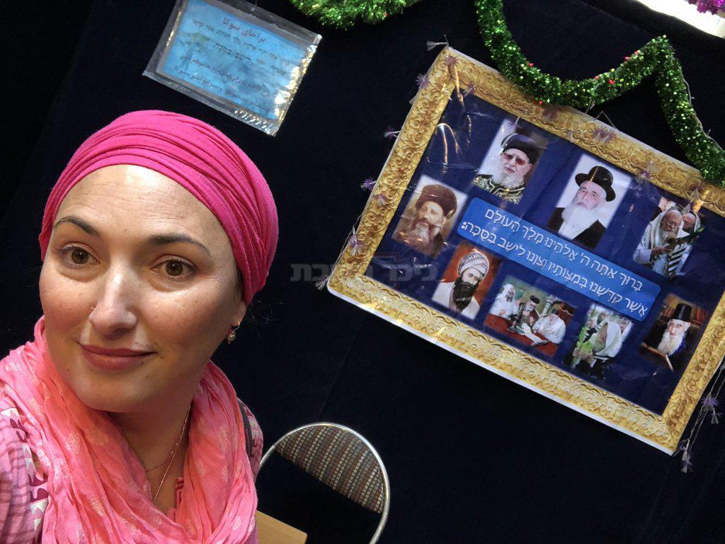 אריאל ותמונות הרבנים בסוכה