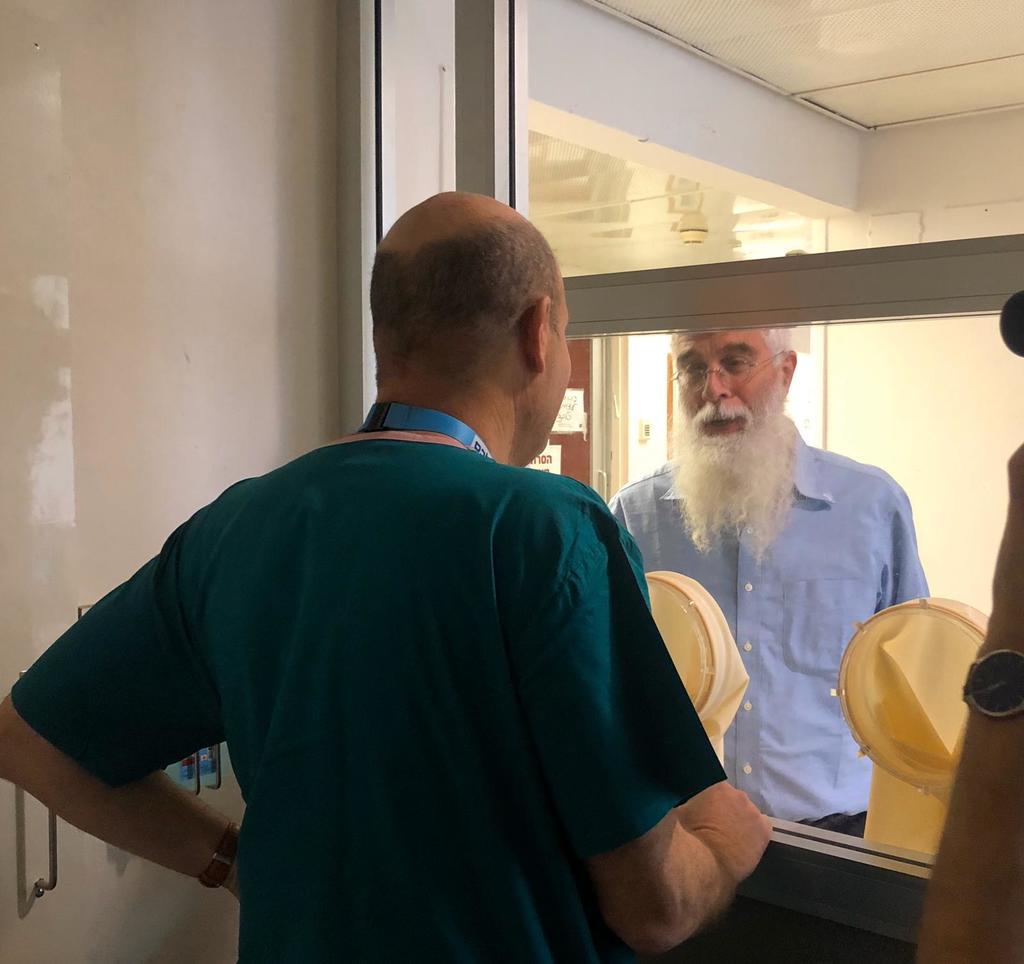 רופא משוחח עם מאושפז באגף הבידוד