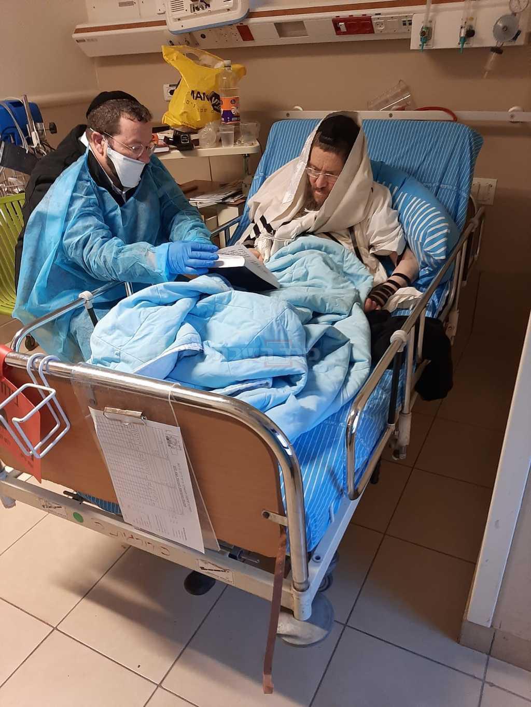 המנוח עם בנו, בבית החולים (צילום: באדיבות המצלם)