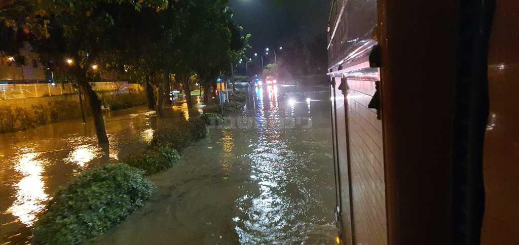 ההצפה באשקלון (צילום: דוברות כבאות והצלה מחוז דרום)