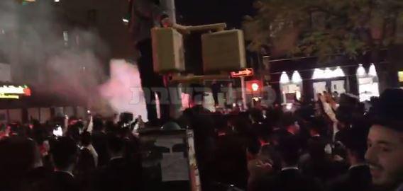חרדים מפגינים בניו יורק (צילום: יעקב קורנבלו)