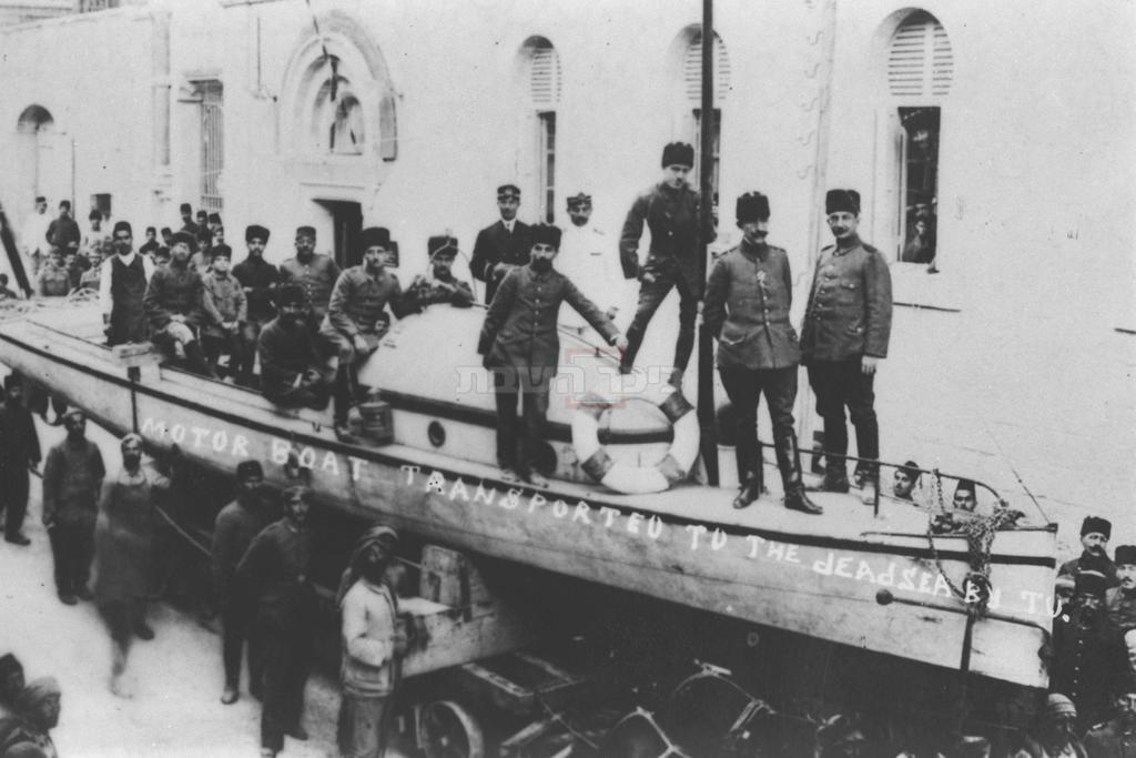 חיילים טורקים על סירת מנוע אשר מיועדת להשטה בים המלח, ברחוב סולטאן סוליימן סמוך ל- ''נוטר דאם'' בירושלים, בתקופת מלחמת העולם הראשונה (לע''מ)