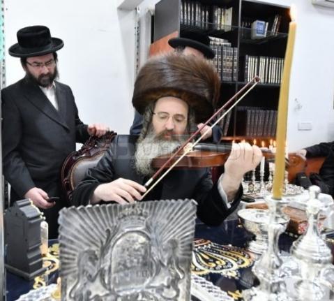 האדמו''ר מזוטשקא אמסנא מנגן על כינור  (שוקי לרר)