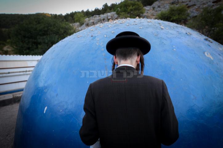 תפילה בקבר בעמוקה (צילום: דוד כהן / פלאש 90)