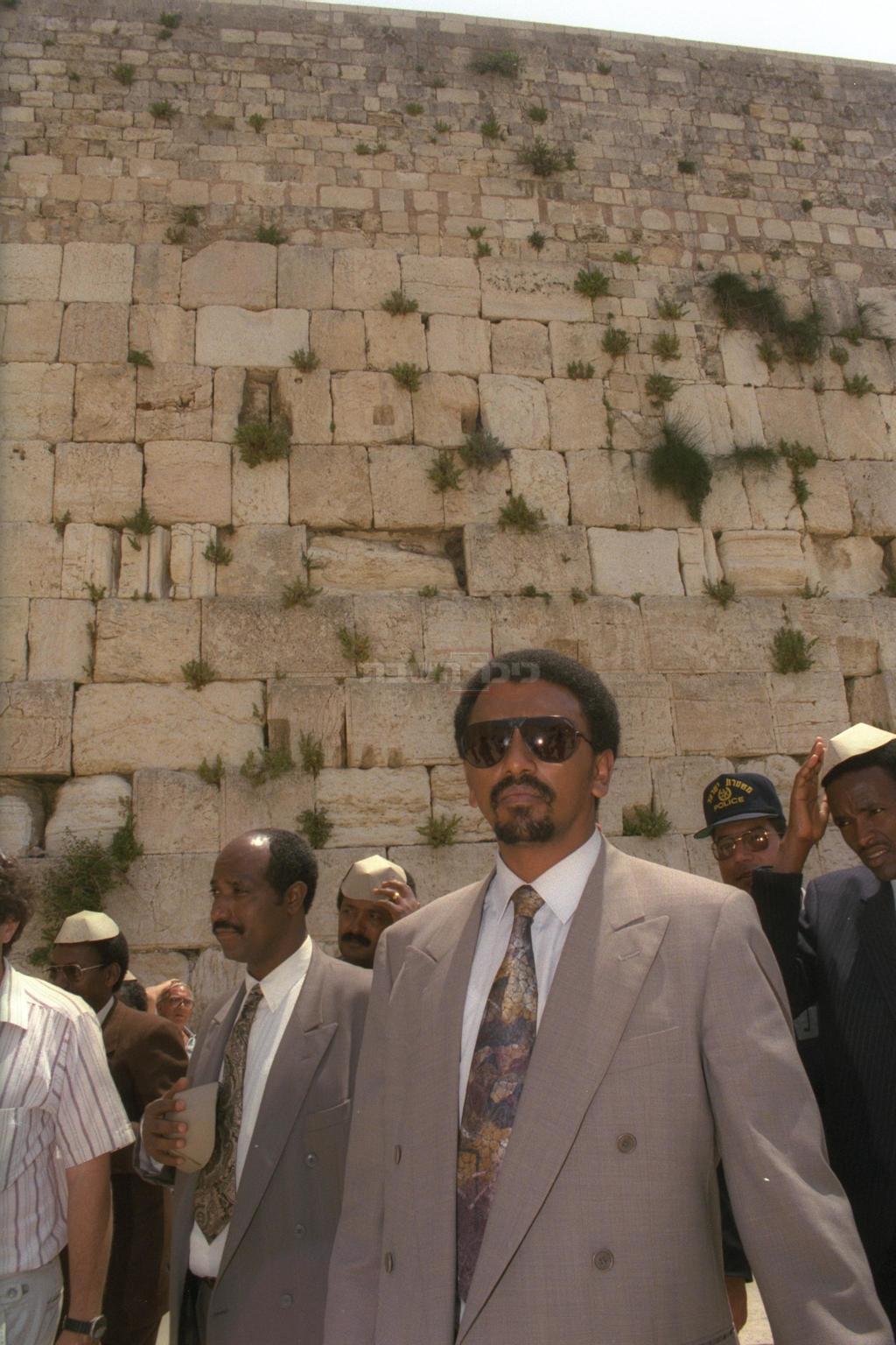 יהודי אתיופיה מבקרים לראשונה בכותל המערבי. שמעון פרס עם עולי אתיופיה. באדיבות: לשכת העיתונות הממשלתית