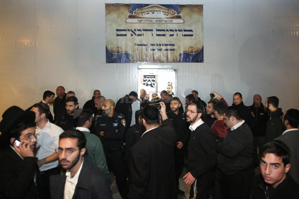 המתפללים ליד בית הכנסת (צילום: חיים גולדברג, כיכר השבת)