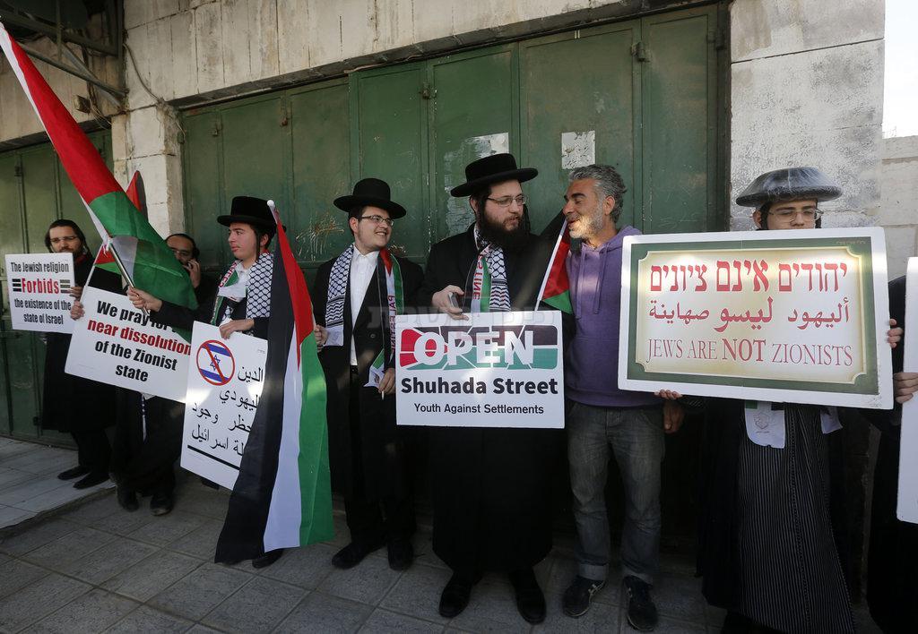 נטורי קרתא מפגינים בעד פתיחת רחוב השוהדא בחברון (צילום: Wisam Hashlamoun/Flash90)