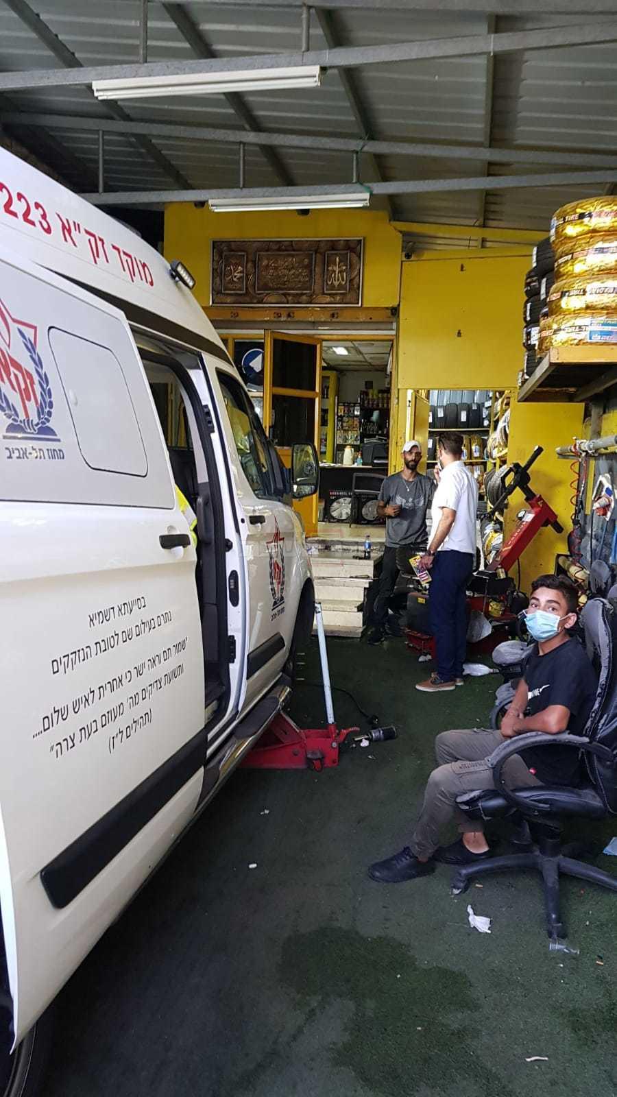 האמבולנס במוסך, לאחר שניזוק (באדיבות המצלם)