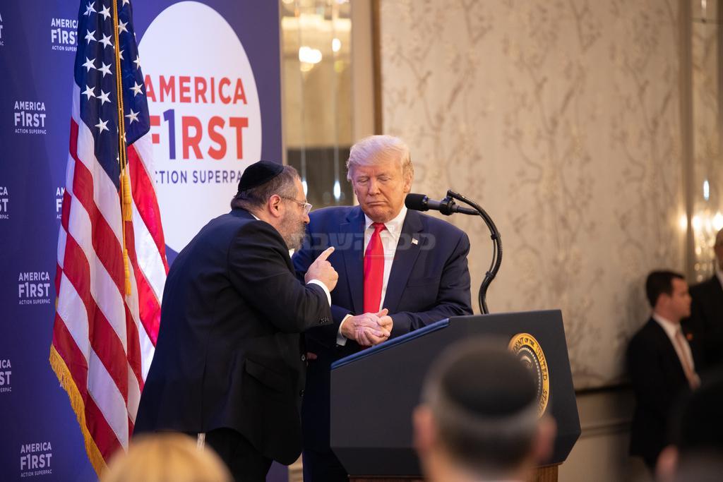 הרב ג'ייקבסון עם טראמפ (צילום: שמחה שיינער)