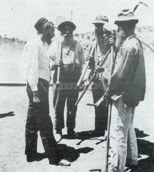 ר' יחזקאל טאוב מיבלונה (משמאל) עם חסידיו, בשנים הראשונות בכפר חסידים (מתוך ויקיפדיה)
