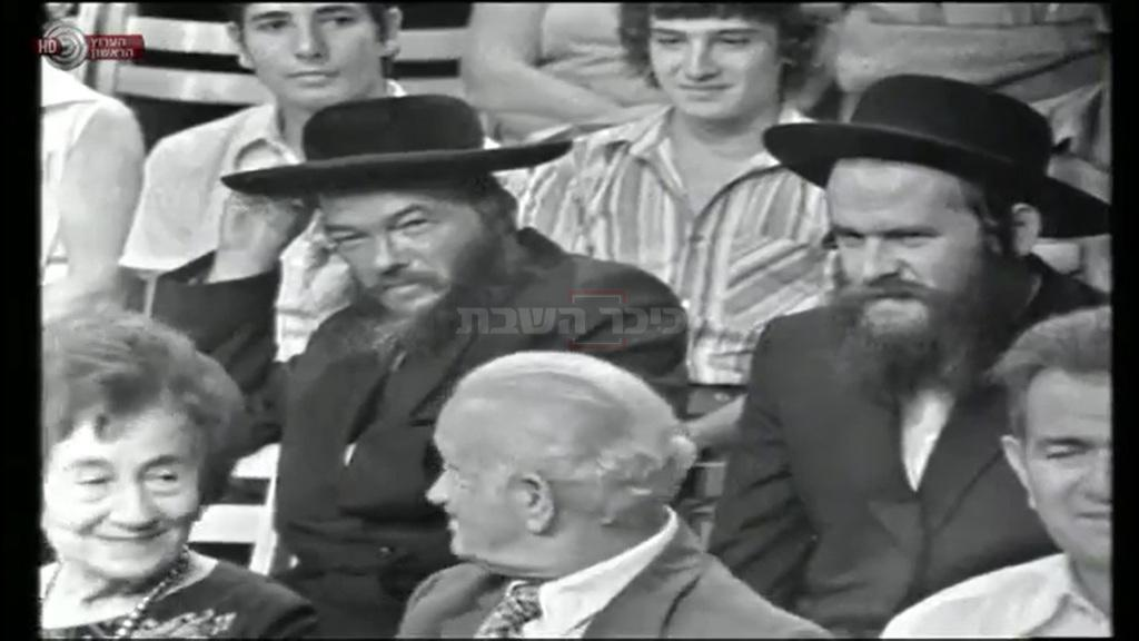 רבי זלמן שפר ורבי שלום גפני בתוכנית (צילום מסך: כאן 11, הערץו הראשון)