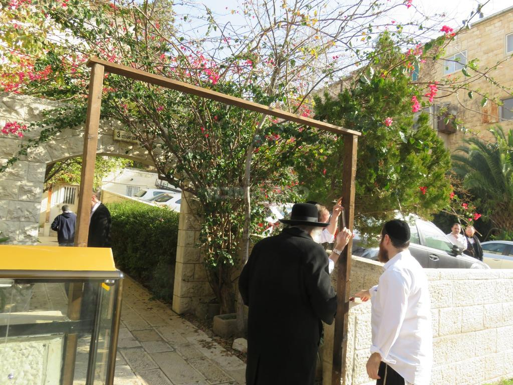 יוסף פטרוב בכניסה לבניין הפנימיה עם הגר''ש (באדיבות המצלם)