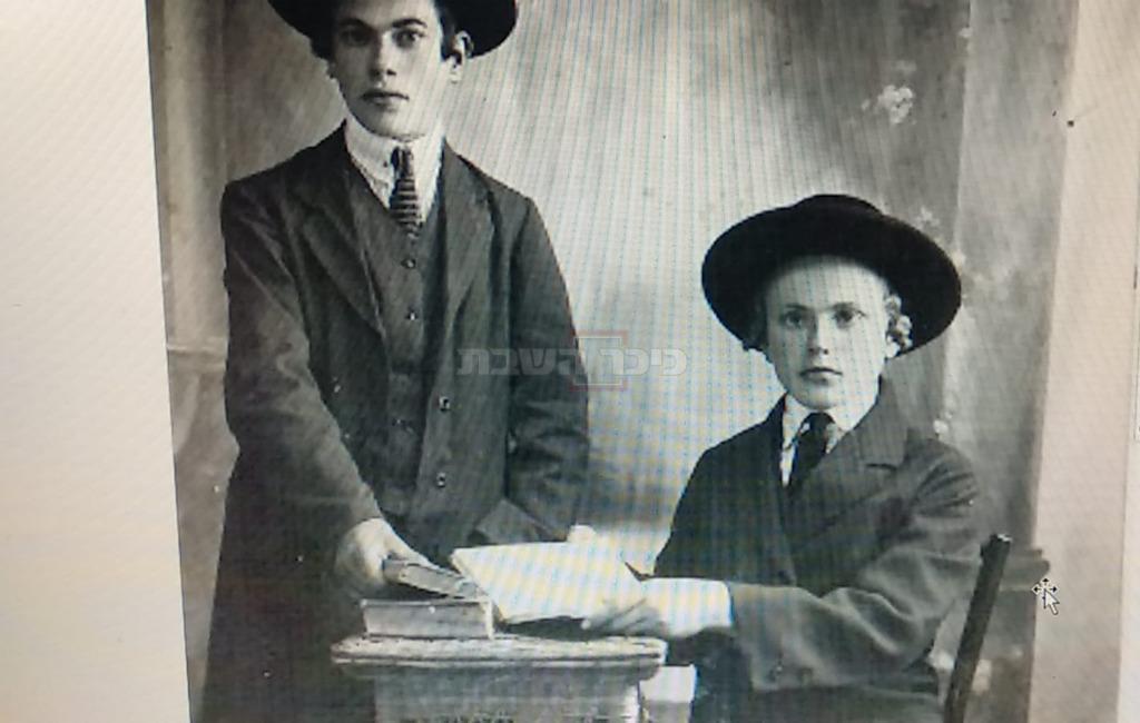 עומד בצד שמאל: ר' ראובן קלפוס זצ''ל, אביו של ר' יצחק קלפוס. יושב בצד ימין, אחיו ר' שמעון קלפוס זצ''ל, מקהילת נטורי קרתא בירושלים.