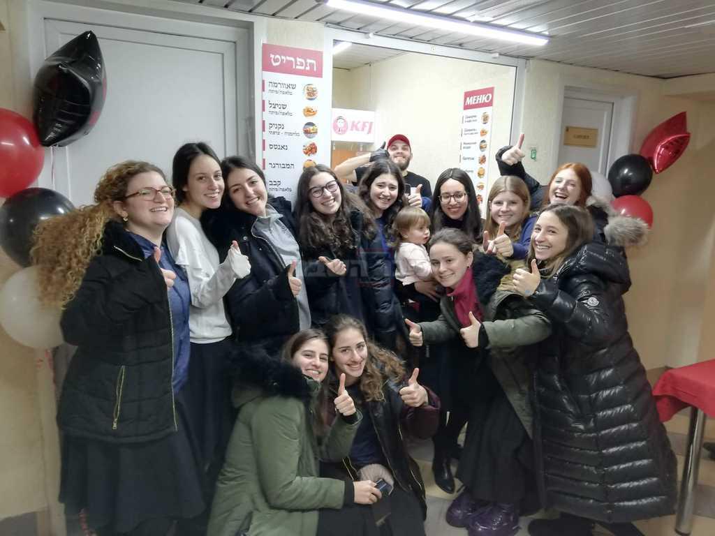 בנות אמריקאיות שהגיעו לאכול במקום - אתמול