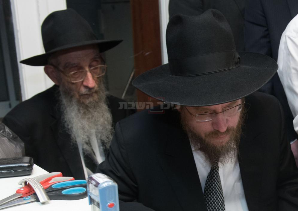 הרב ניסן קפלן. מאחור, אביו 'המשגיח' (צילום: כיכר השבת)