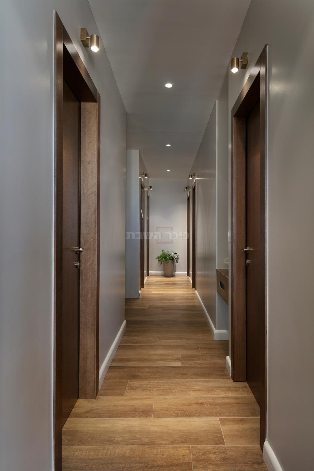 המסדרון הארוך יצר הפרדה ברורה בין חלל המגורים לחלל האירוח (צילום: אלעד גונן)