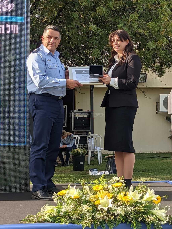 אסתי סלומון ומפקד חיל האוויר (צילום: דובר צה''ל)