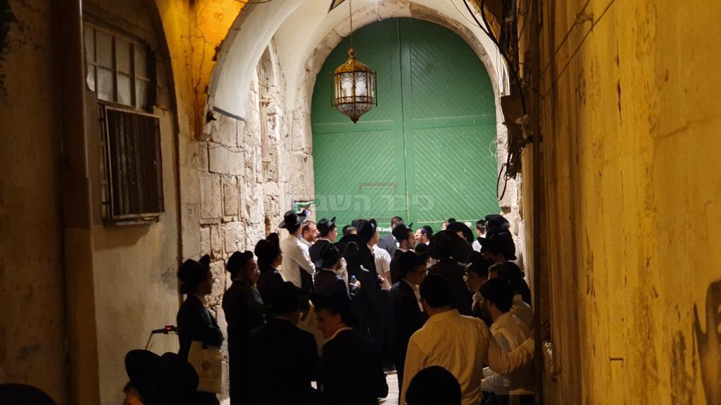 בחורי ישיבות בסיבוב שערים של האגודה (צילום: באדיבות ''אגודת קדושת ציון'')