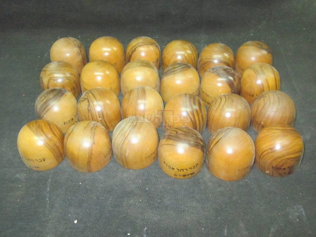 כיפות עץ איור ''קבר רחל'', נעשו ע''י האמן מאיר רוזין. לפני יותר ממאה שנים, רוזין נפטר בתרע''ז (1917)  (באדיבות מוזיאון חצר הישוב הישן)