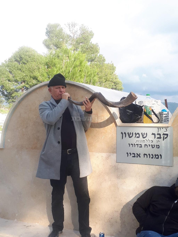 ר' דוד ממן בתקיעת שופר על קבר שמשון הגיבור (באדיבות המצלם)