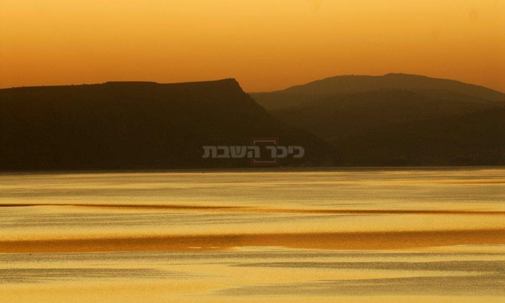 השתקפות שקיעת השמש על אגם הכנרת. ברקע, הר הארבל (צילום: OHAYON AVI, לע''מ)