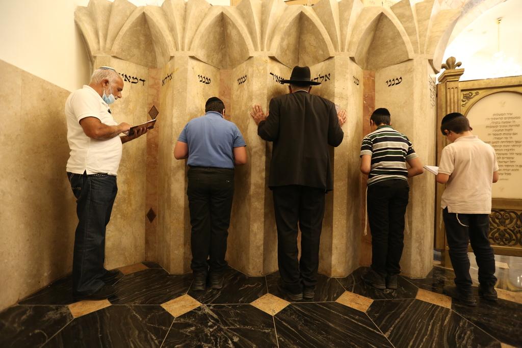 מתפללים בקבר רבי מאיר, השבוע (צילום: David Cohen/Flash90)