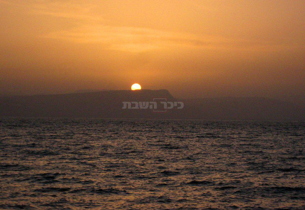 שקיעת השמש על אגם הכנרת. ברקע, הר הארבל (צילום: MILNER MOSHE, לע''מ)