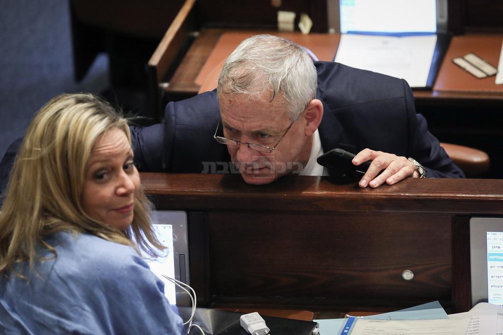 היו''ר גנץ, עם ח''כ חיימוביץ' המתנגדת לינקלביץ' (צילום: Noam Revkin Fenton/Flash90)