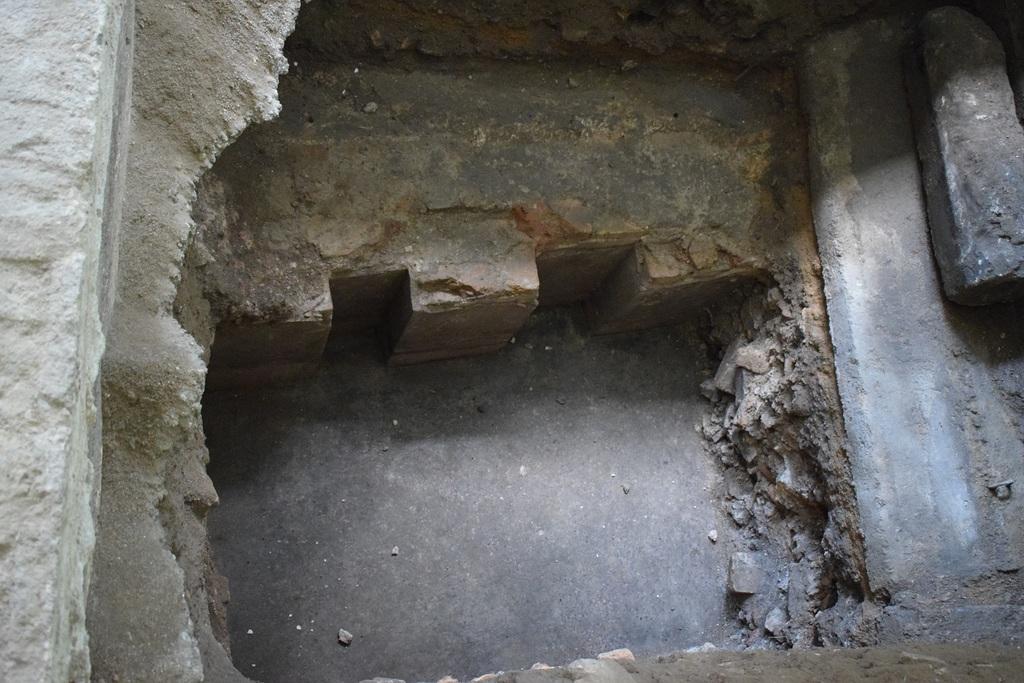שרידי בימת בית הכנסת הגדול (צילום: יוחנן (ג'ון) זליגמן, רשות העתיקות)