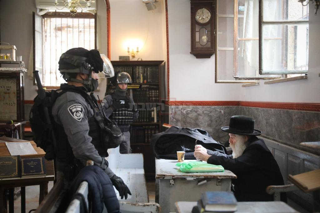 שוטרים ב'מאה שערים'. אילוסטרציה (צילום: חיים גולדברג, כיכר השבת)