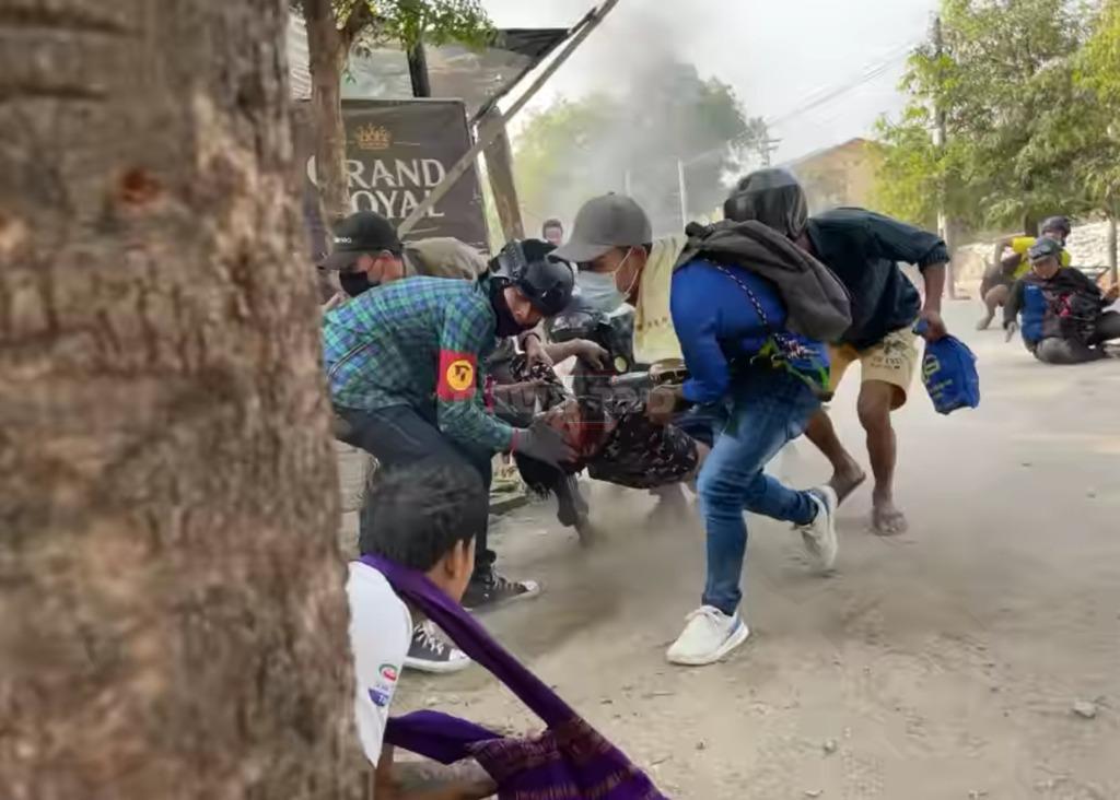 פינוי פצוע מההפגנות (טוויטר)