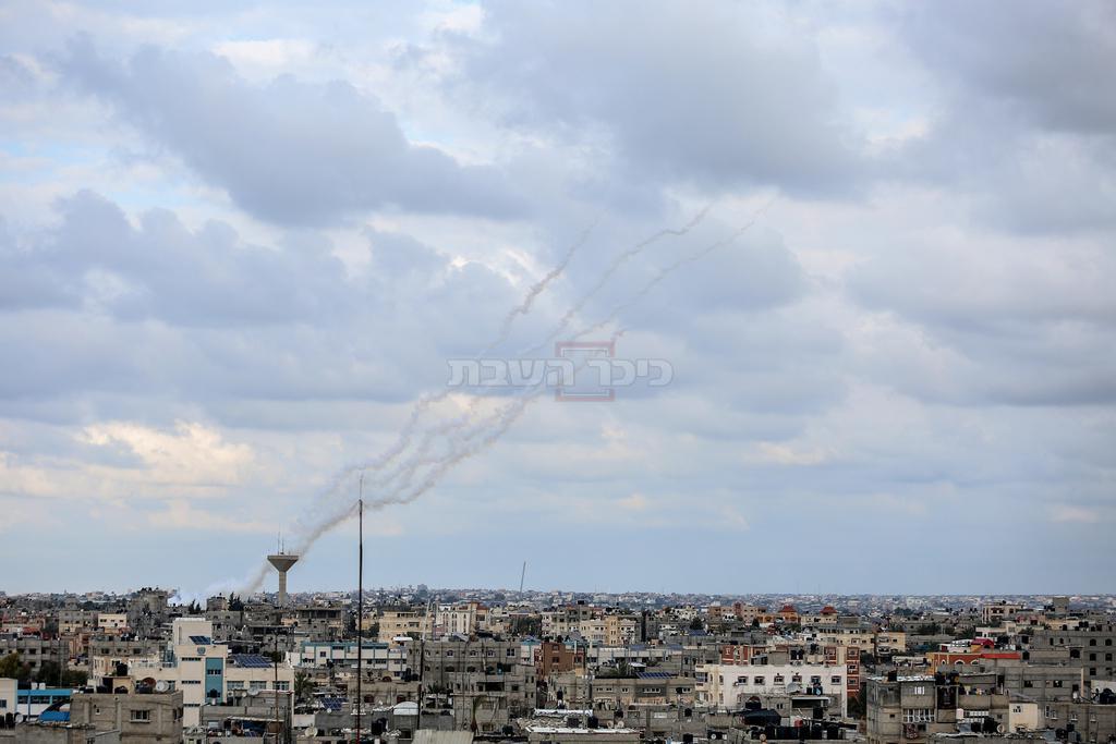 שיגור רקטות מעזה (צילום: Fadi Fahd/Flash90)