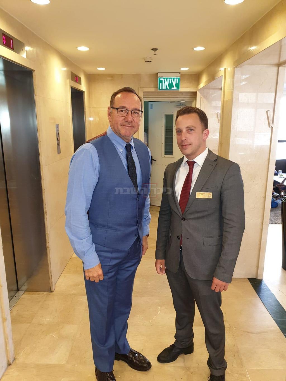 קווין ספייסי עם מנכ''ל מלון 'גני ירושלים' אהרון סמואל