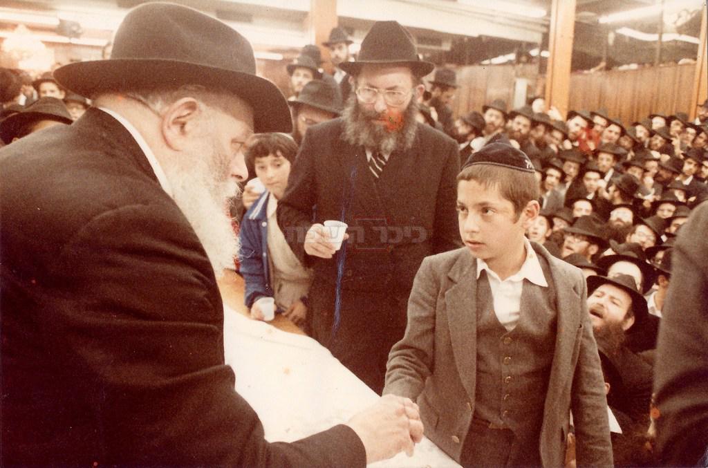 עם אביו אצל הרבי מלובביץ' (צילום: יוסי מלמד ולוי יצחק פריידין)
